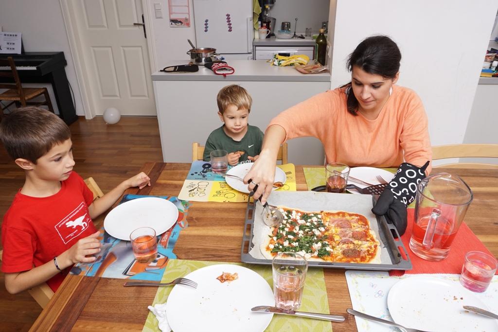 Mama und Kinder essen gemeinsam