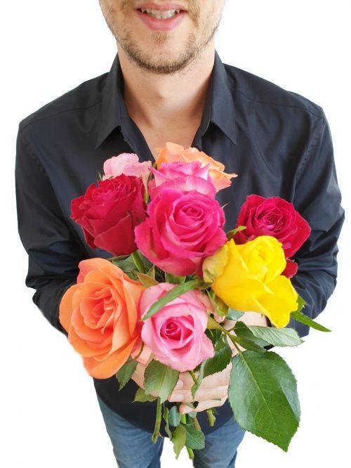 mann mit blumen rosen