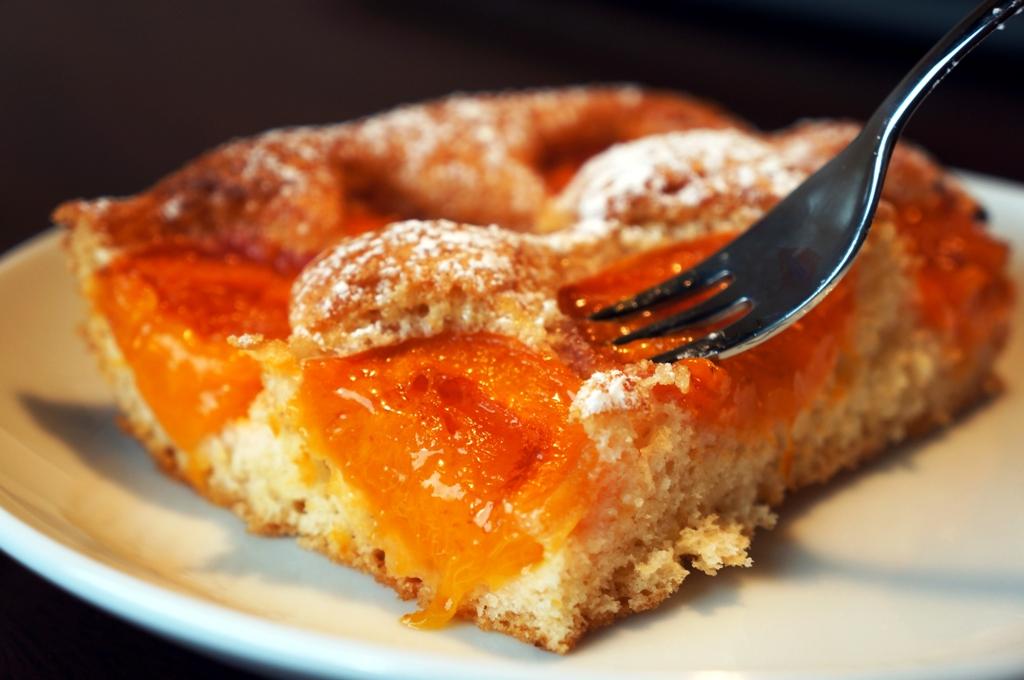 Marillenkuchen mit Gabel
