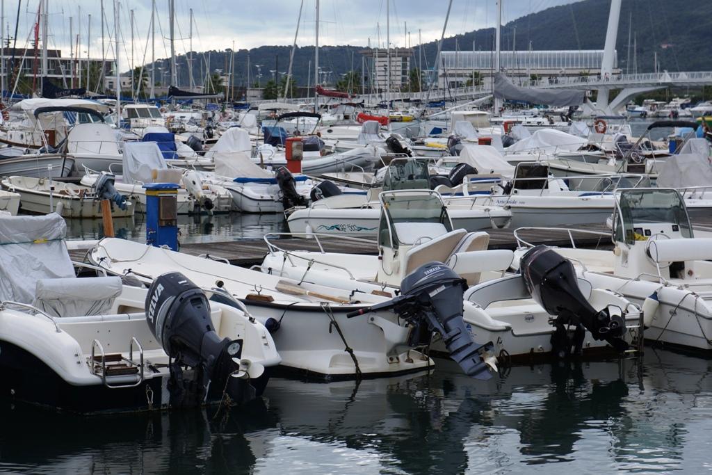 Motorboote im Hafen