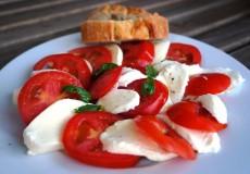 Mozzarella mit Tomaten / Basilikum
