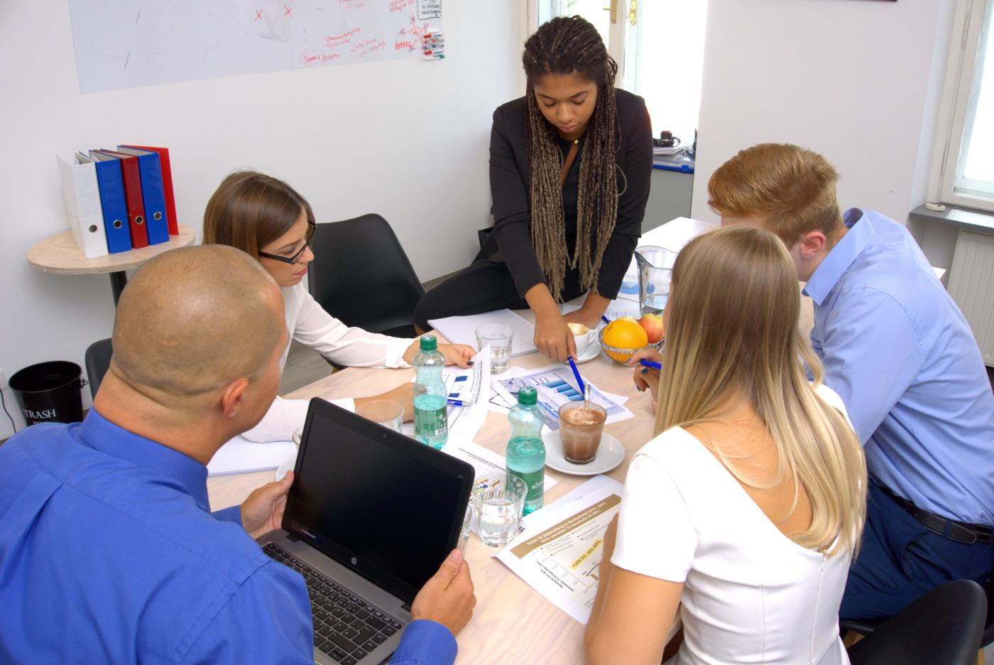 Multikulturelles Team arbeitet gemeinsam