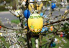 Ostern / Osterei hängt auf Palmzweig