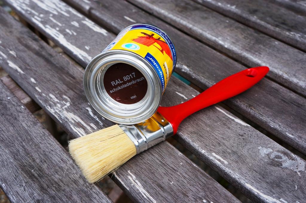Pinsel und Farbdose – Renovieren