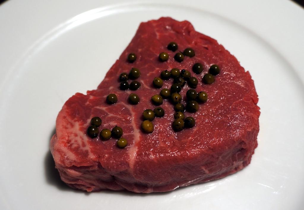 Rohes Steak mit Pfefferkörnern