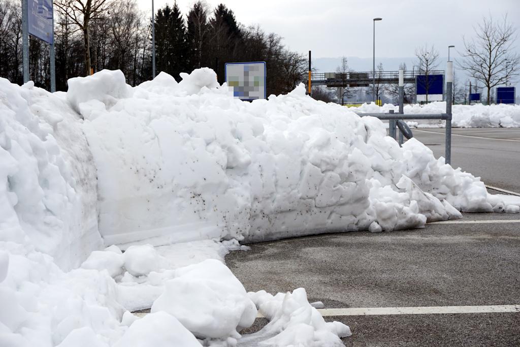 Parkplatz Schneehaufen
