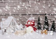 Schneemann mit Geschenken Schneefall