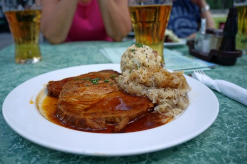 schweinsbraten-knoedel-sauerkraut