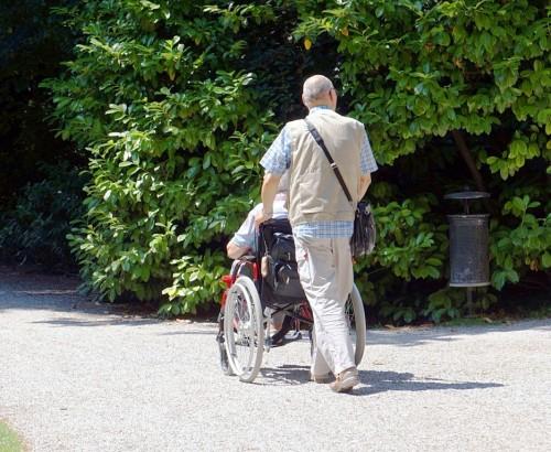 Senioren beim Spazieren