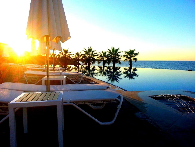 sonnenaufgang zypern strand liege pool lizenzfreie. Black Bedroom Furniture Sets. Home Design Ideas