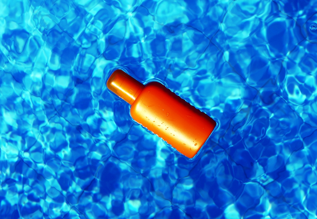 Sonnencreme im Pool