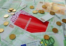 Sparbuch mit Geldscheinen