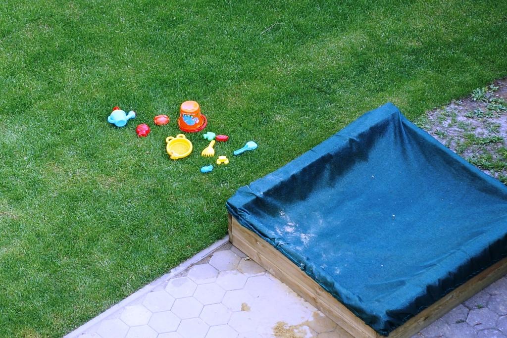 Spielzeug neben Sandkiste