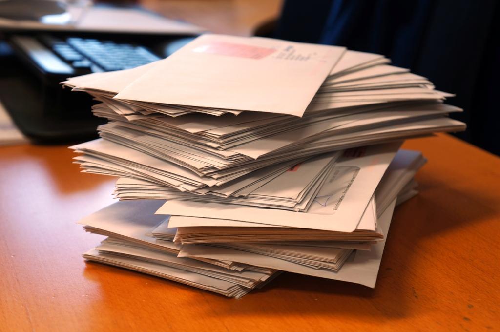 Stapel Briefe Büro
