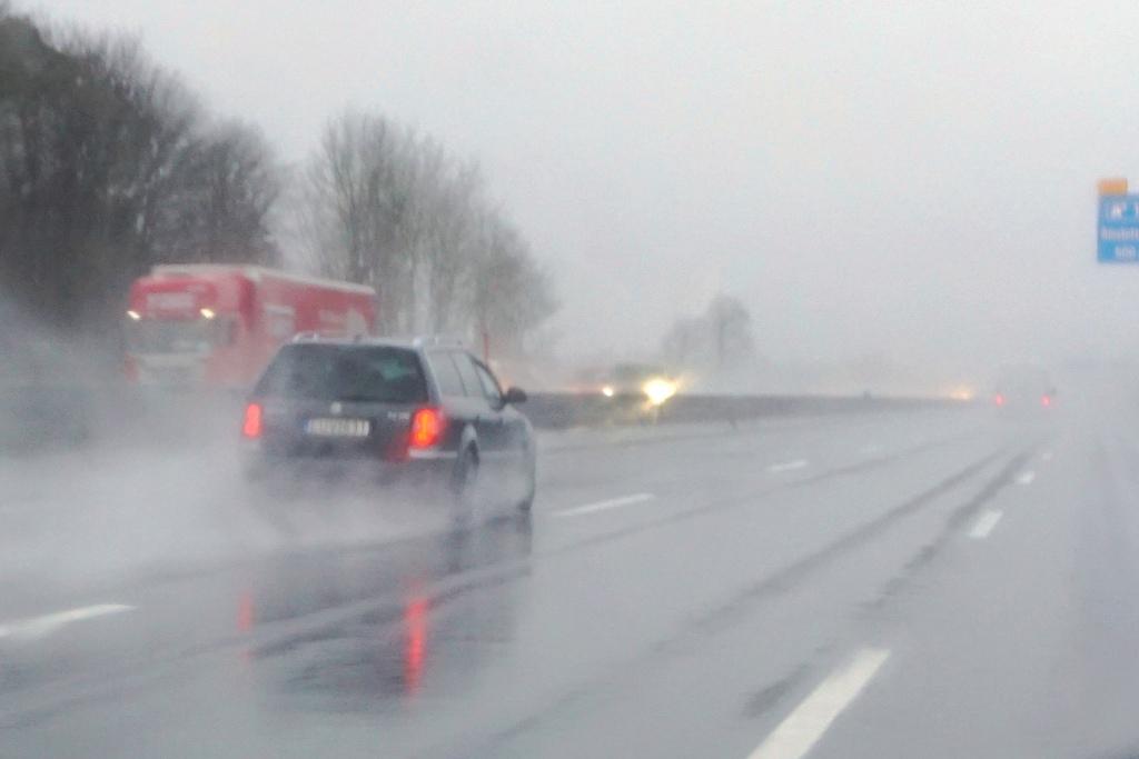 Autobahn – starker Regen, schlechte Sicht