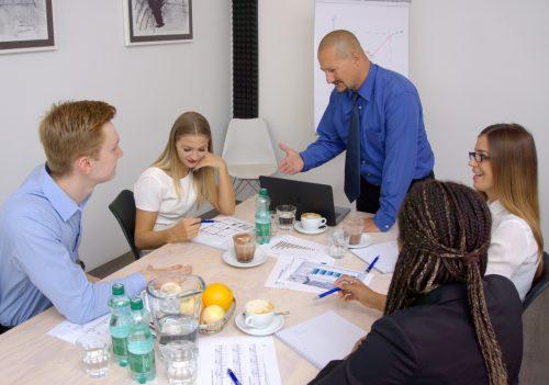 teamleiter-spricht-zu-seinem-team