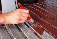 Tisch mit Pinsel lackieren