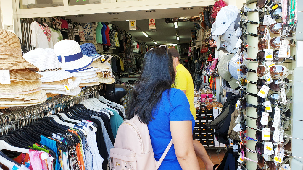 Touristen beim Shoppen