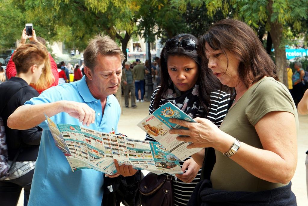 Touristen schauen in einen Stadtplan
