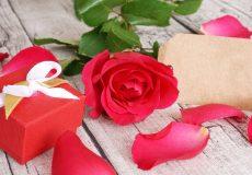 Valentinstag – Rote Rose mit Geschenk und Karte