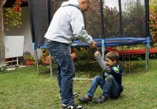 Vater und Sohn spielen gemeinsam