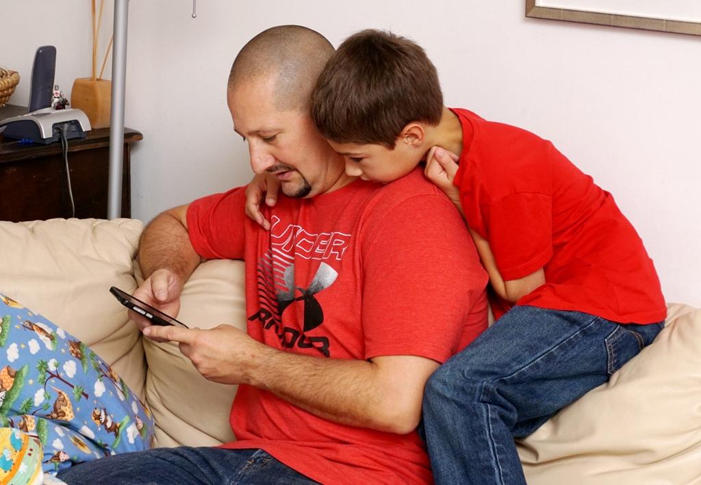 Kind und Kind spielen mit Smartphone