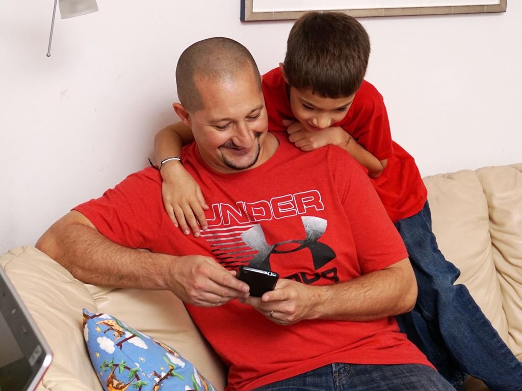 Vater und Sohn spielen mit einem Handy