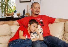 Vater und Sohn gemeinsam beim fernsehen