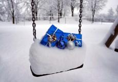 Weihnachten und Geschenke im Schnee – Schneeschaukel