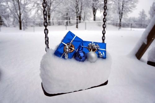 weihnachten und geschenke im schnee schneeschaukel. Black Bedroom Furniture Sets. Home Design Ideas