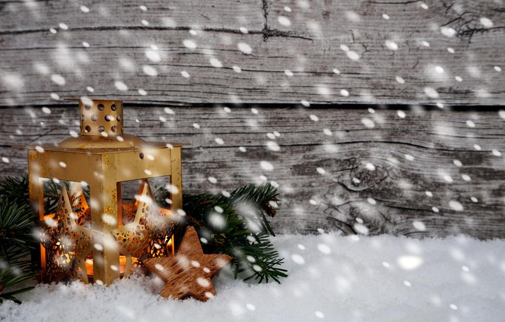 Weihnachten Laterne leuchtet Schneefall