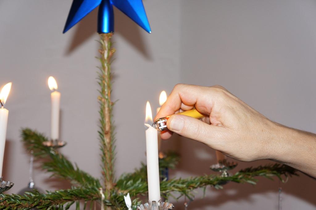 Weihnachtsbaum Kerzen anzünden