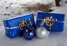 Weihnachtskugeln und Geschenke liegen im Schnee