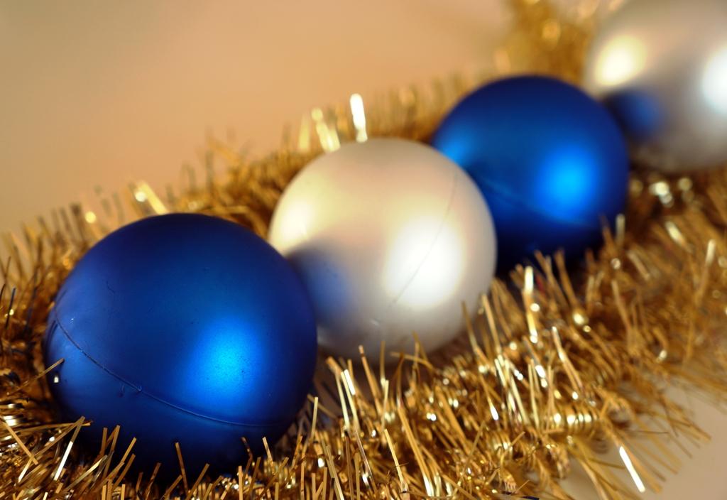 Weihnachtskugeln blau silber lizenzfreie fotos bilder for Weihnachtskugeln bilder