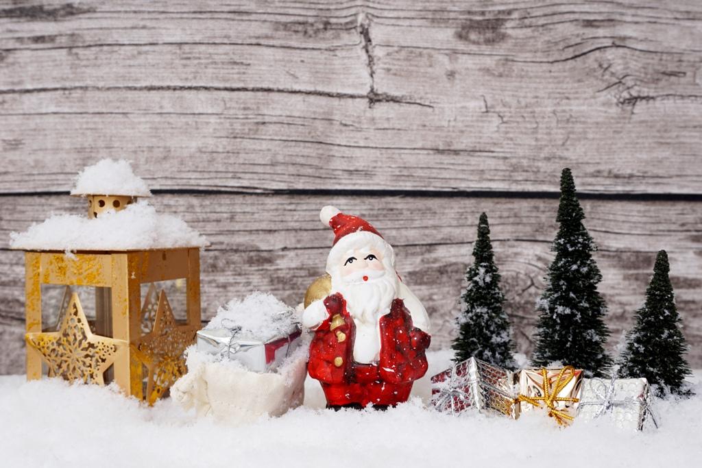 Der Weihnachtsmann steht mit Geschenken im Wald