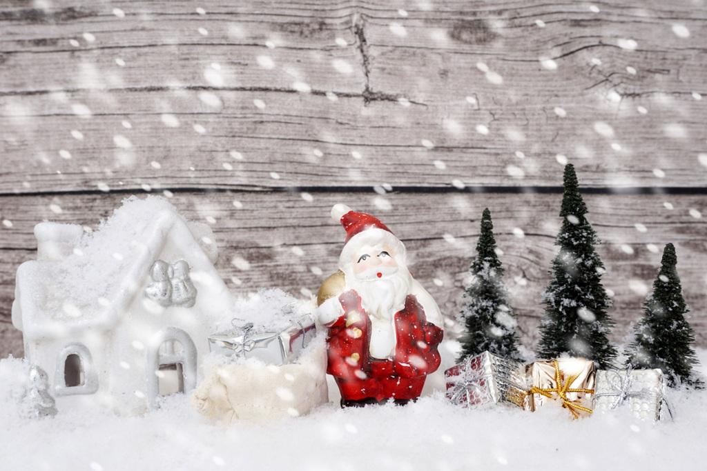 Weihnachtsmann mit Geschenken Schneefall