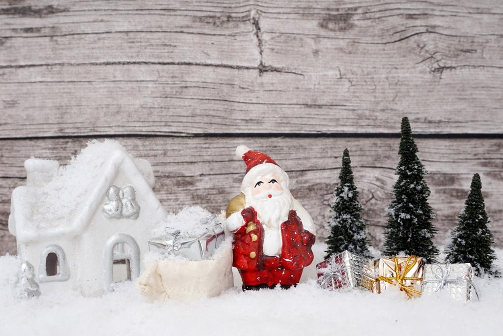 Der Weihnachtsmann mit Geschenken