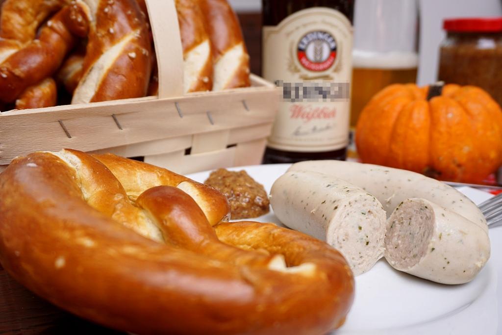 weisswurst-mit-brezel-und-bier