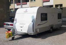 Wohnwagen/Wohnmobil neben Straße geparkt