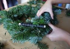 Adventskranz basteln 1/18: Zweige werden mit Basteldraht befestigt